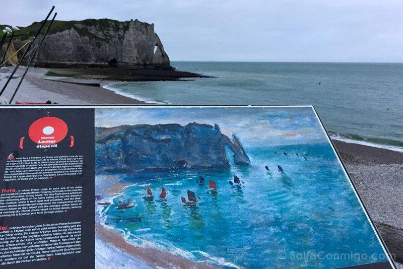 Cartel recordatorio de una obra de Monet en Étretat