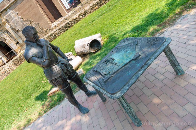 Estatua de un maestro de obras con la maqueta de la fortaleza en la avenida de Rodhe