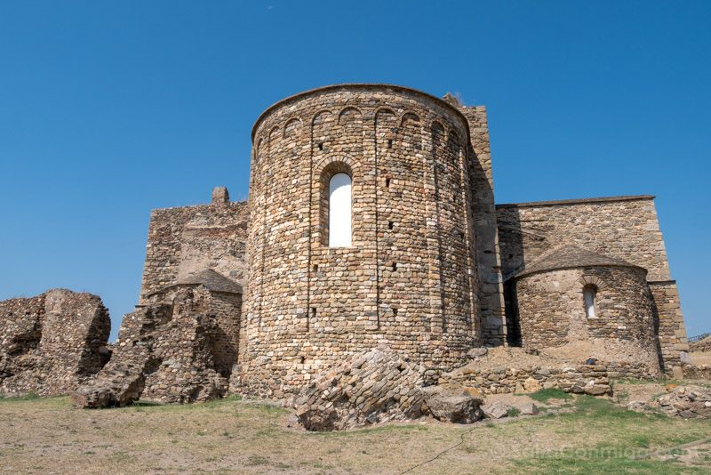 El exterior del ábside del monasterio de Santa María de Roses
