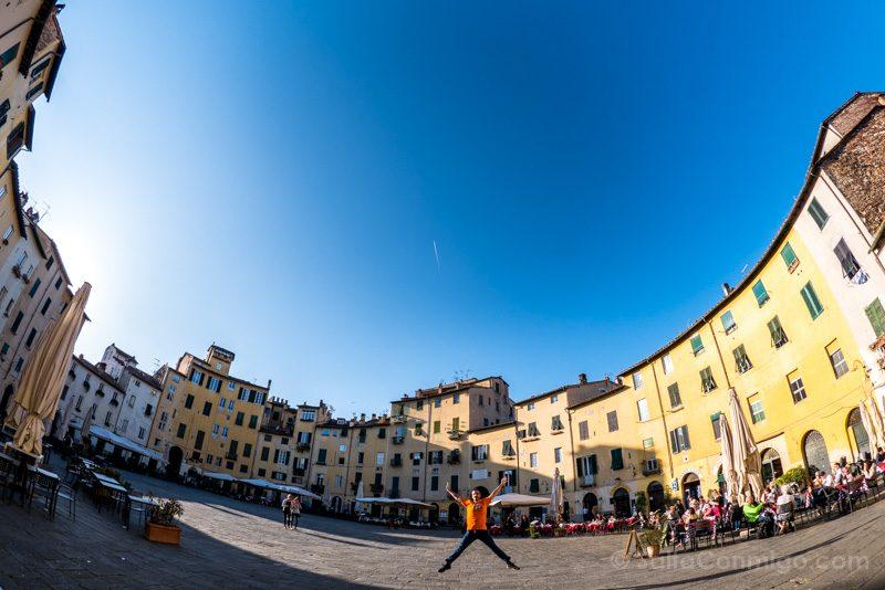 Excursiones Desde Florencia Lucca Piazza Anfiteatro Salto