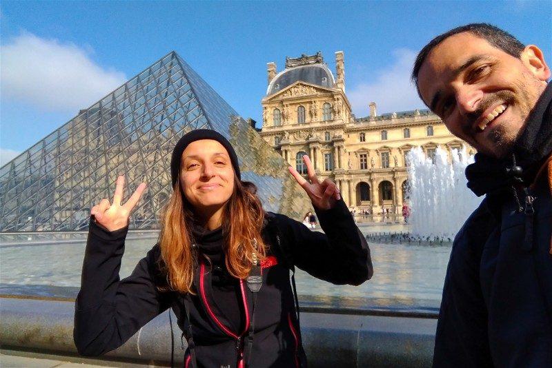 Los dos junto a la pirámide del Louvre en París