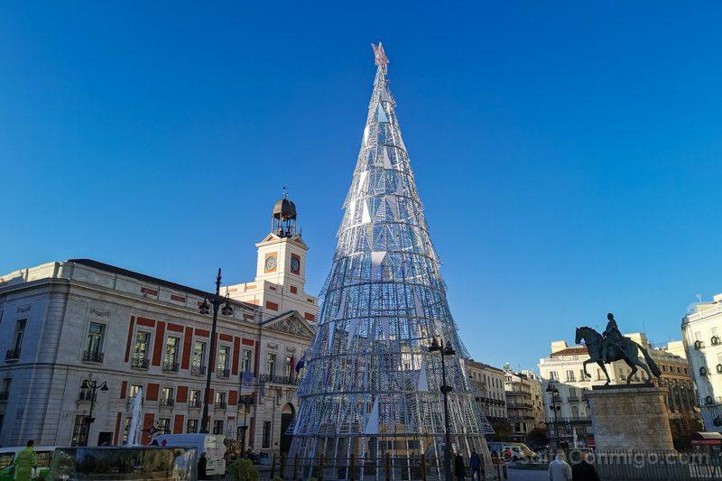 El reloj de la puerta del Sol con el árbol de Navidad de 2020
