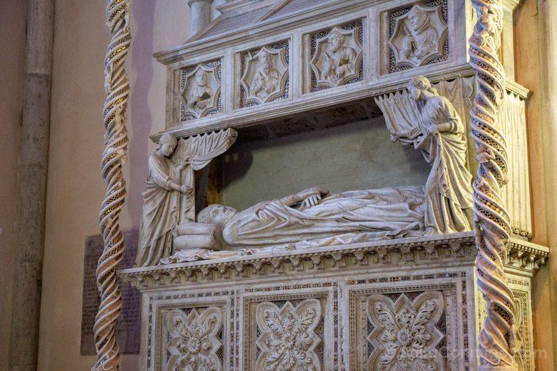 Monumento sepulcral de Benedicto XI, en la basílica de San Domenico de Perugia
