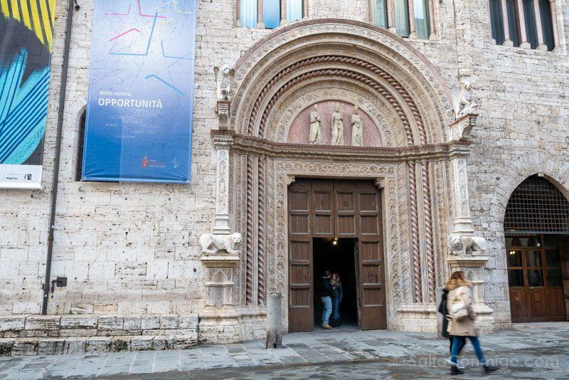 Portal en el corso Vannucci del Palazzo dei Priori