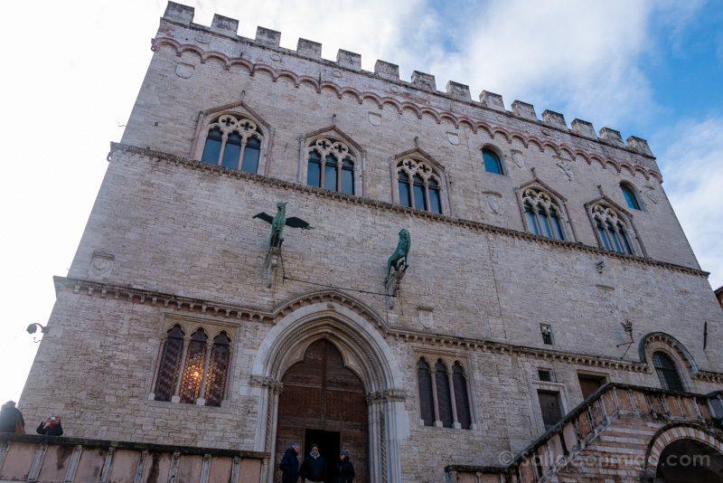 Fachada del Palazzo dei Priori desde la piazza IV novembre