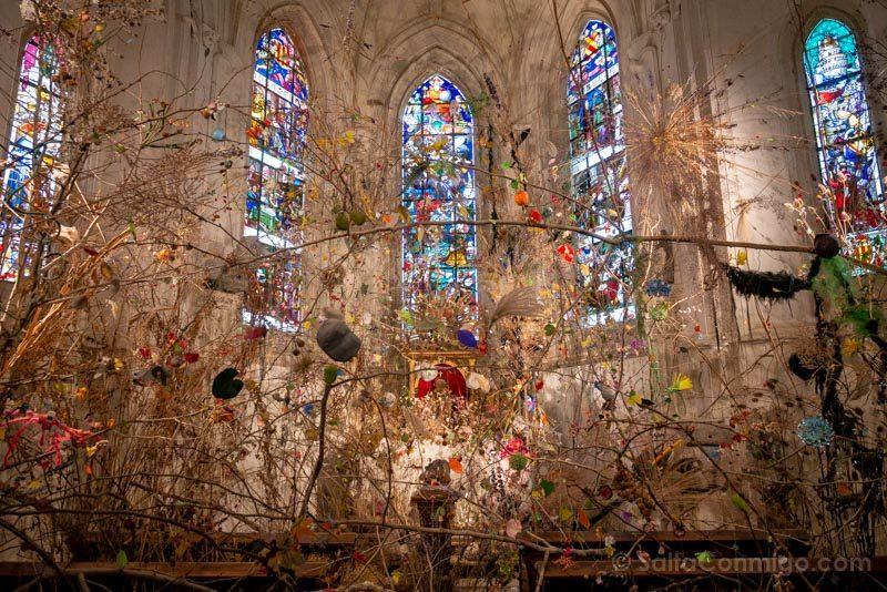 La capilla con su instalación de arte contemporáneo