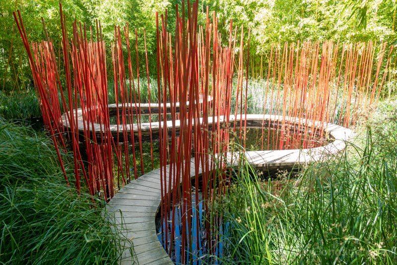 Paseando entre juncos de colores sobre un puente serpenteante... una instalación del festival internacional de jardines