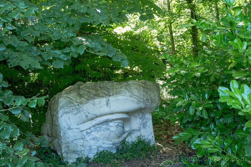 Falsos restos arqueológicos en el parque histórico, obra de Anne y Patrick Poirier