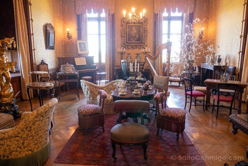 Una de las salas del castillo con mobiliario del siglo XIX