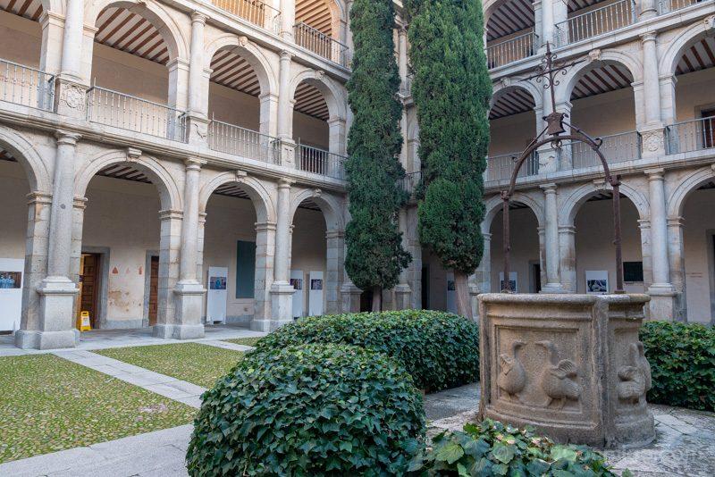 Universidad Alcala de Henares Patio Santo Tomas Villanueva Pozo