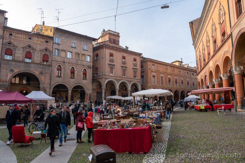 Que Ver en Bolonia Italia 3 Dias Piazza Santo Stefano Mercadillo