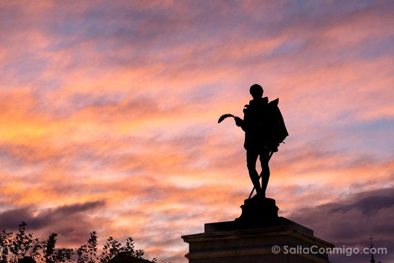Turismo en Alcala de Henares Plaza Cervantes Estatua Amanecer