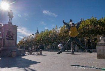 Que Ver en Alcala de Henares Plaza Cervantes Estatua Salto