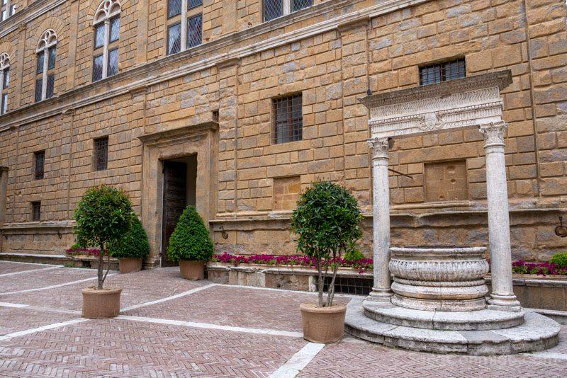 Que Ver en Pienza Piazza Pio II Pozo