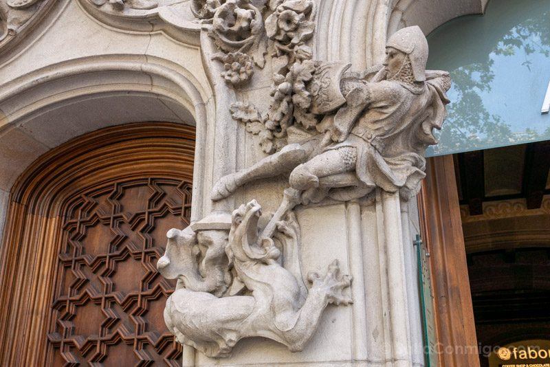 Casa Amatller Fachada Detalle Caballero Dragon