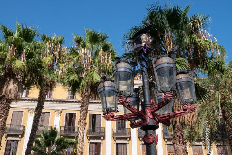 Que Ver en Barrio Gotico Plaza Real Farola Gaudi