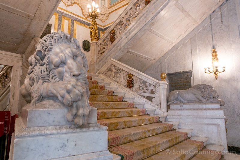 Palacio Santona Escalera Gala Leones