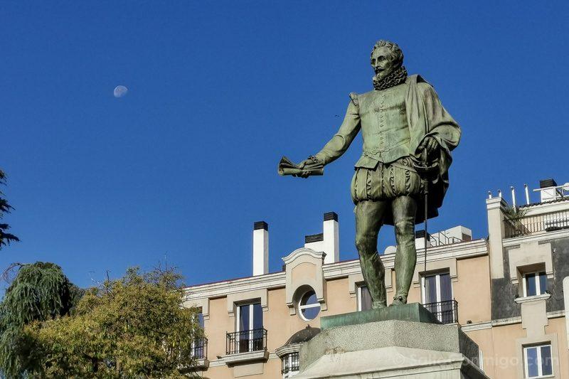 Que Ver En El Barrio De Las Letras Madrid Estatua Cervantes